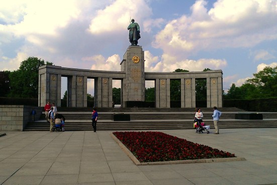 Soviet_War_Memorial_in_Tiergarten,_April_2014